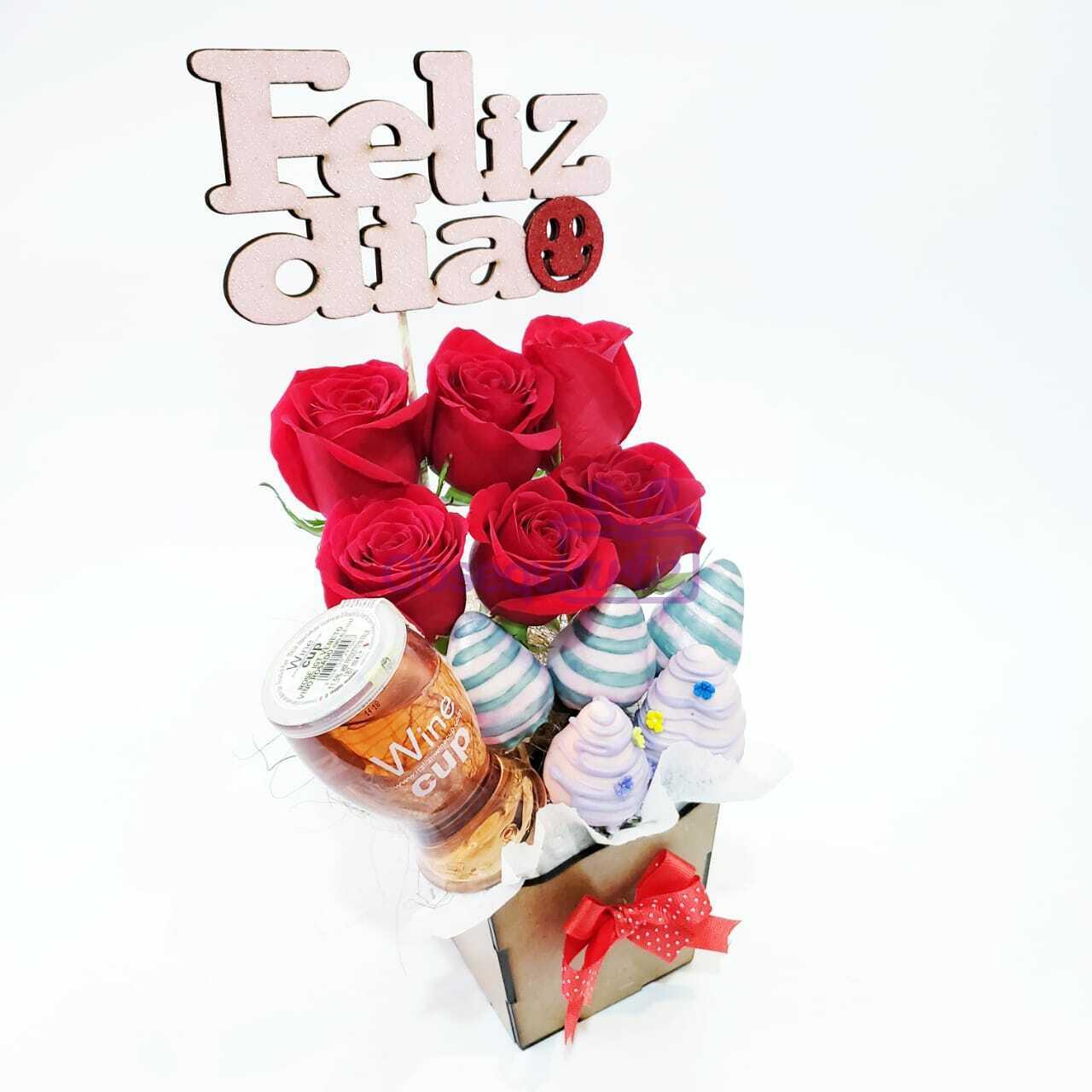 El Regalo Chic Vino con Fresas y Rosas es una original opción de regalo para quienes buscan algo elegante y diferente para regalar.